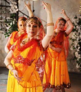 заказ танцовщицы на свадьбу, танец на свадьбу заказать, индийские танцы на мероприятие, танец на праздник, индийское шоу спб, танец в подарок, болливудские танцы